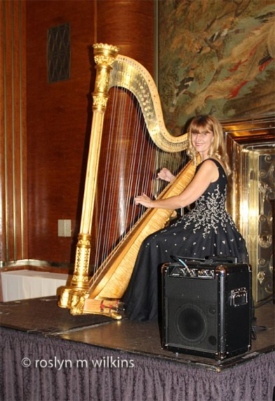 queen-mary-harp-player-1212-C-800px